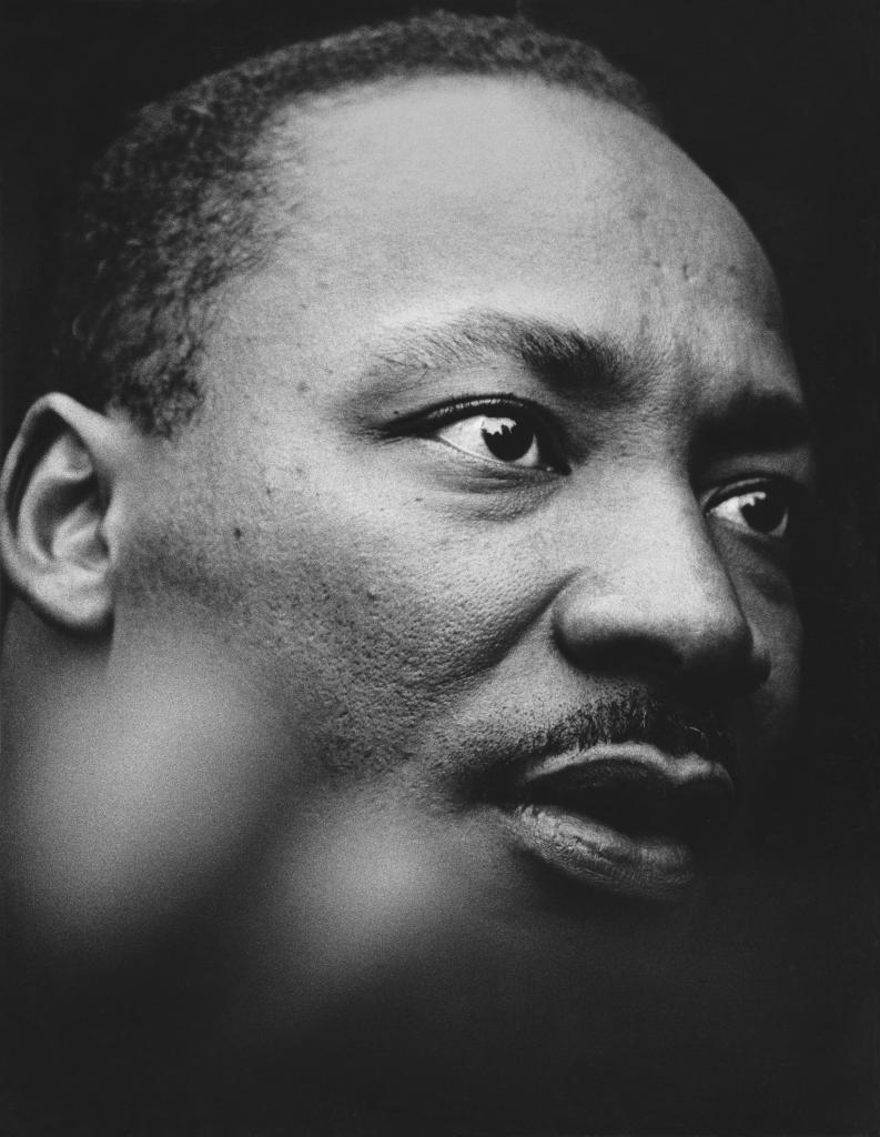 Martin Luther King Jr. devant le building de l'ONU qui se reflète dans ses yeux New York, 1967, Un français à New-York, Galerie de l'Instant