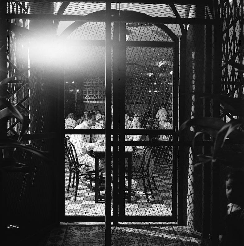 Le grillage se mettait dans les restaurants à Saïgon pour éviter les grenades, Guerre d'Indochine, Studio Willy Rizzo