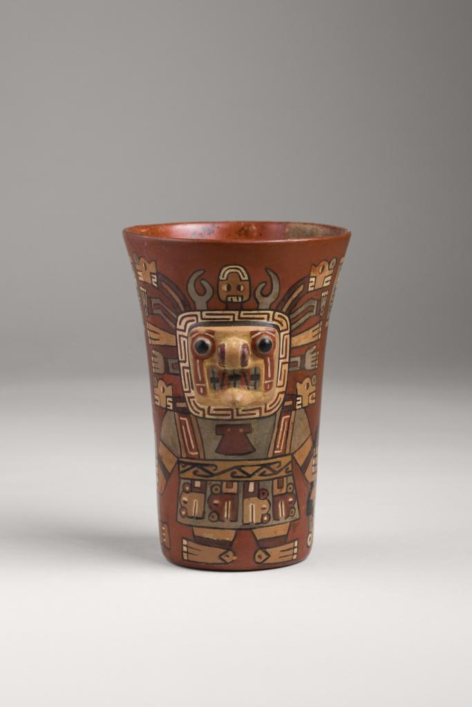 Vase décoré de visages et de coiffes en relief