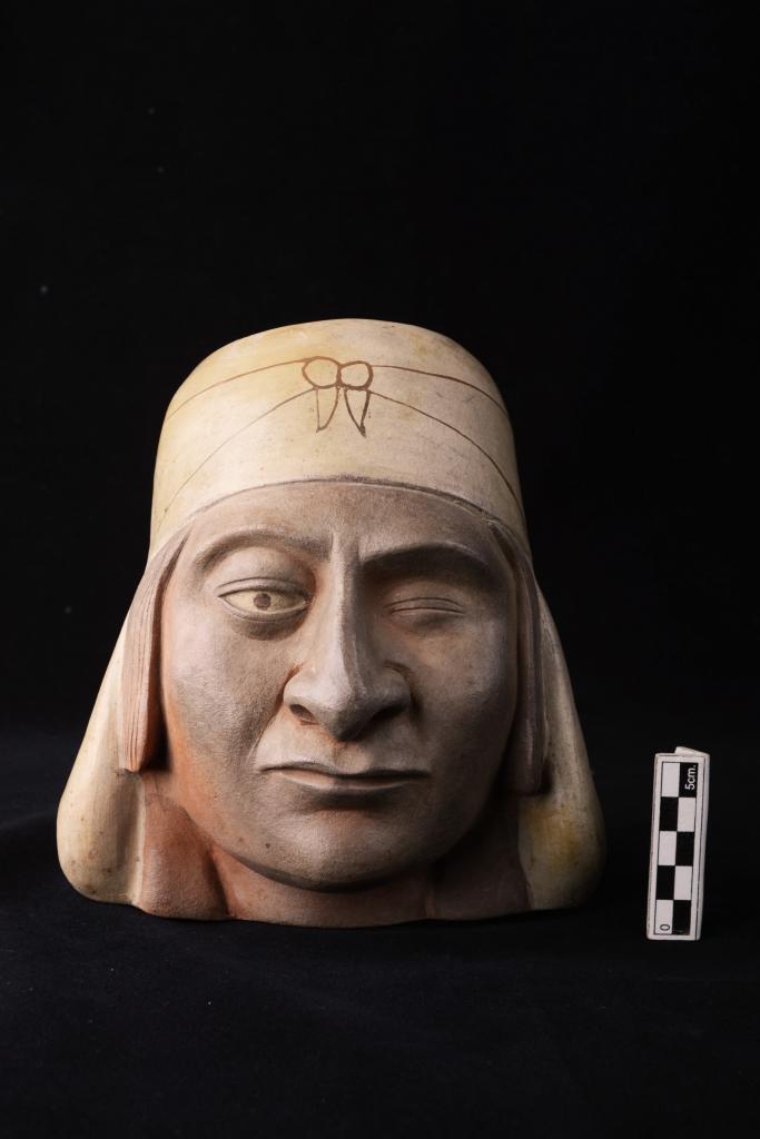 Timbale, Huaco-portrait avec turban et cache-cou