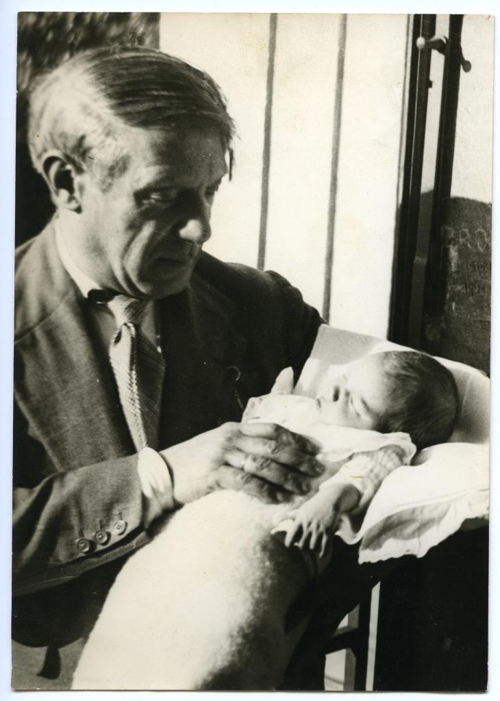 Photograph of Pablo Picasso and Maya, Clinique du Belvédère, Boulogne-Billancourt, September 6th, 1935 - Exposition Picasso et Maya, Père et Fille à la Gagosian Gallery