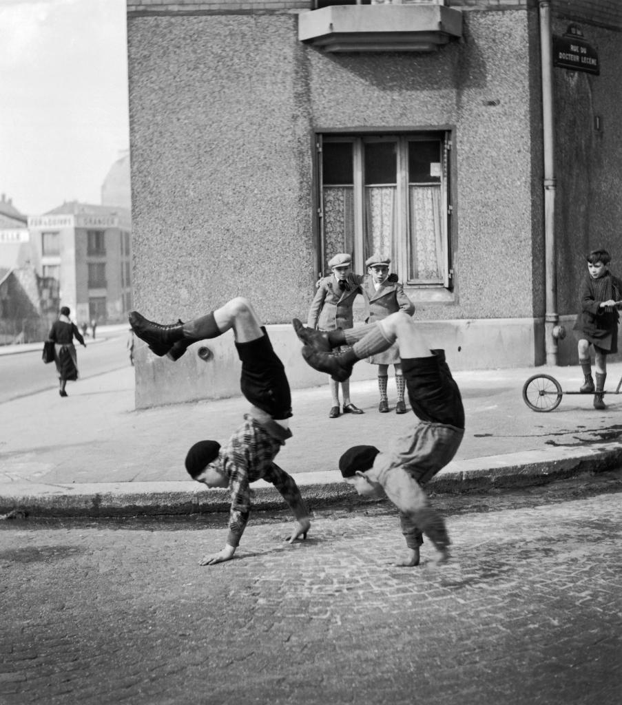 Robert Doisneau, Les frères, rue du Docteur Lecène, Paris, 1934
