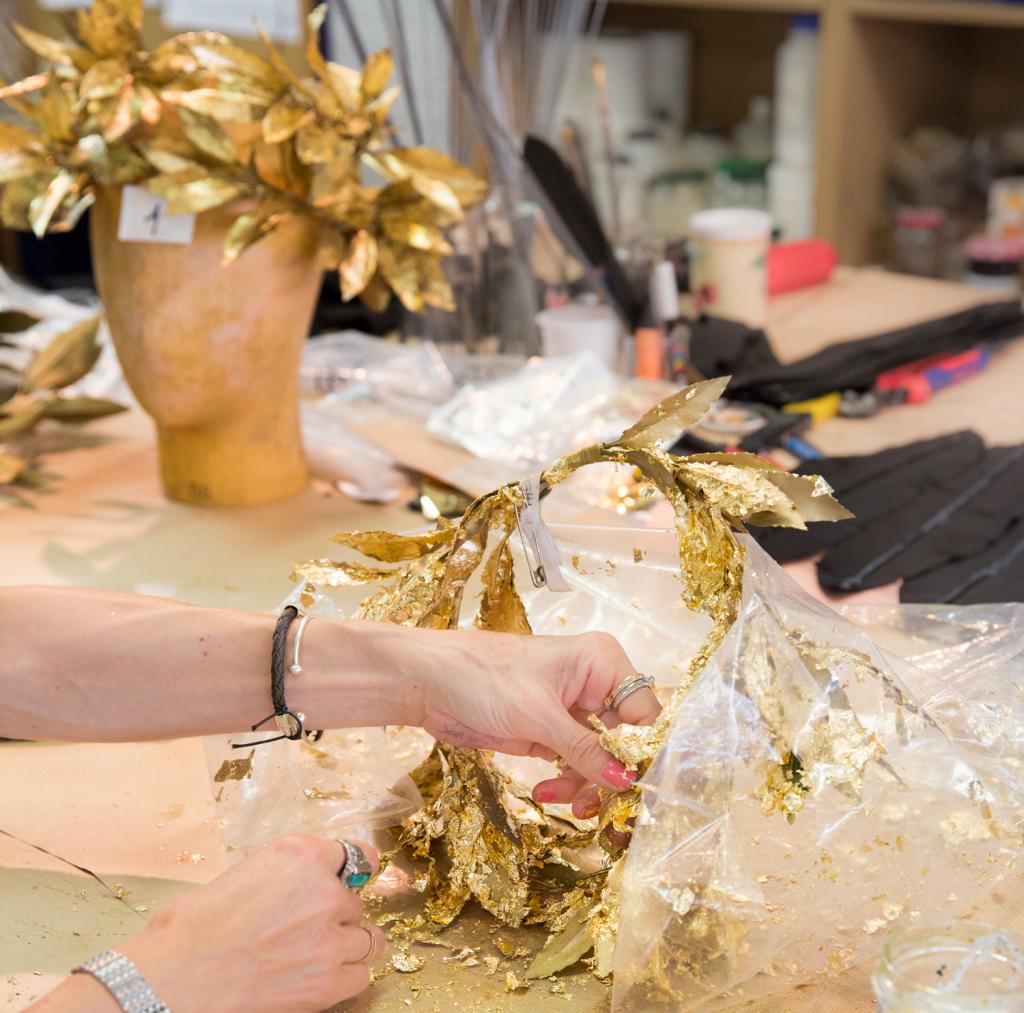 Travail de dorure sur couronne, atelier décoration sur costumes, Opéra national de Paris, Opéra Bastille