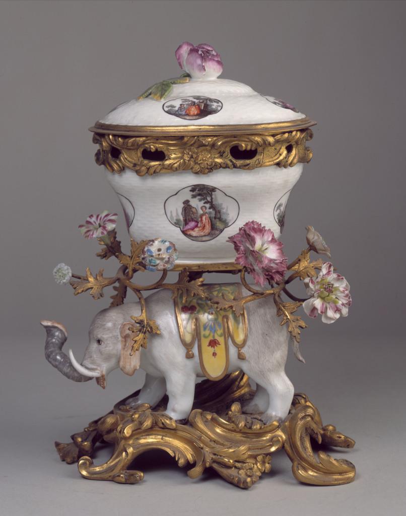 """Johann-Joachim Kaendler et Peter Reinicke. """"Eléphant portant un pot-pourri (vue de côté)""""."""