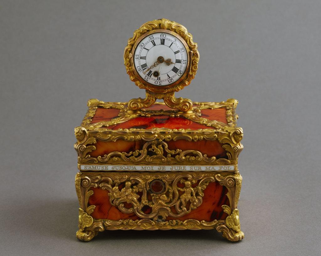 Coffret-nécessaire surmonté d'une montre en imitation d'agate et or, attribué à James Cox, orfèvre anglais et Granthom, horloger anglais. IIème moitié du XVIIIème siècle.