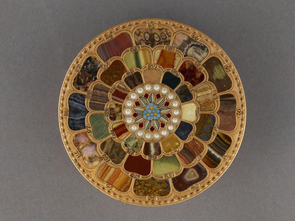 Boîte en or et pierres dures vue du dessus), par Johann-Christian Neuber (maître en 1762). 1770-1780.