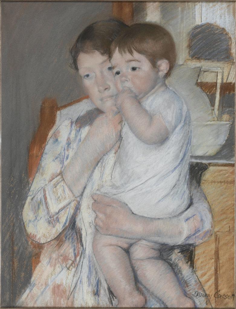 Mère et enfant : la femme tient sur ses genoux son enfant qui suce son pouce
