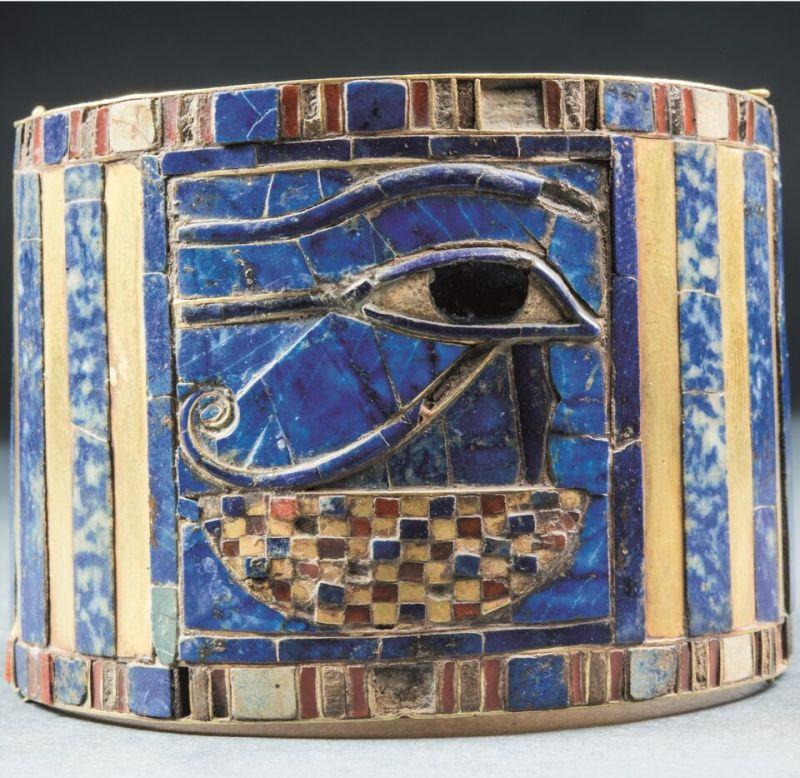 Bracelet décoré d'un oeil magique Oudjat, momie de Chéchang II, Tanis tombeau II, antichambre, sépulture de Chéchanq II, Le Caire © Egyptian Museum Cairo