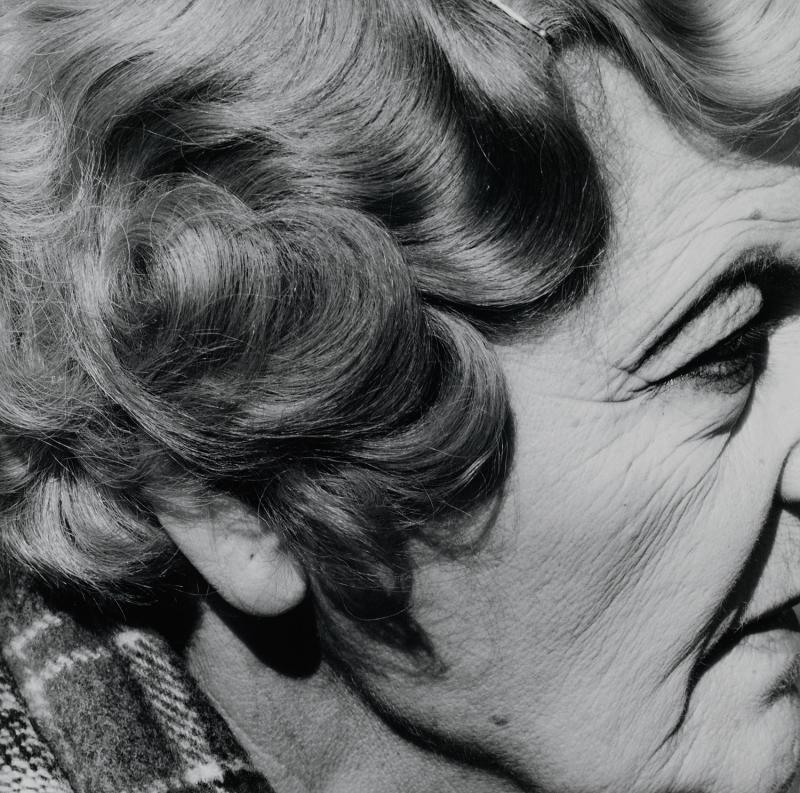 David Goldblatt, Woman with pierced Ear, Joubert Park, Johannesburg, 1975, De la série Particular, David Goldblatt, Centre Pompidou