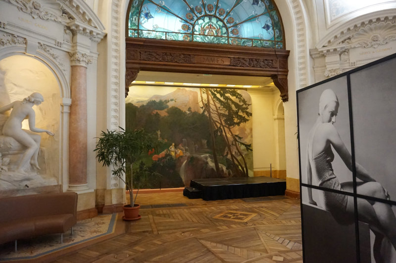 Entrée - Vue de l'exposition Le chic français, Images de femmes 1900-1950 au Palais Lumière Evian (2)