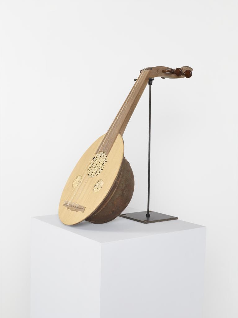 Kader Attia, Reenactment, 2014, Casque de l'Armée coloniale française, bois, cordes