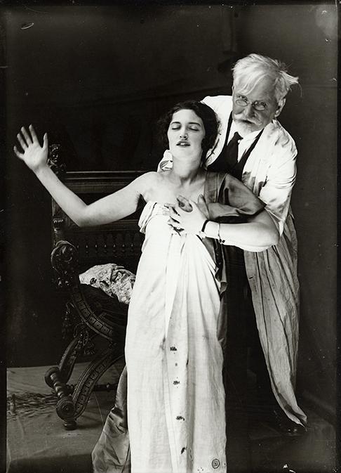 Alphonse Mucha, Mucha et Jaroslava posant pour l'affiche de Forest Phonofilm, Zbiroh, c.1927