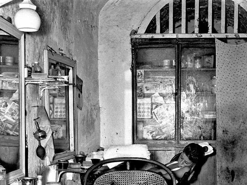 Nino Migliori, Il garzone del barbiere, 1956, Série « Gente del Sud », Nino Migliori, Maison Européenne de la Photographie