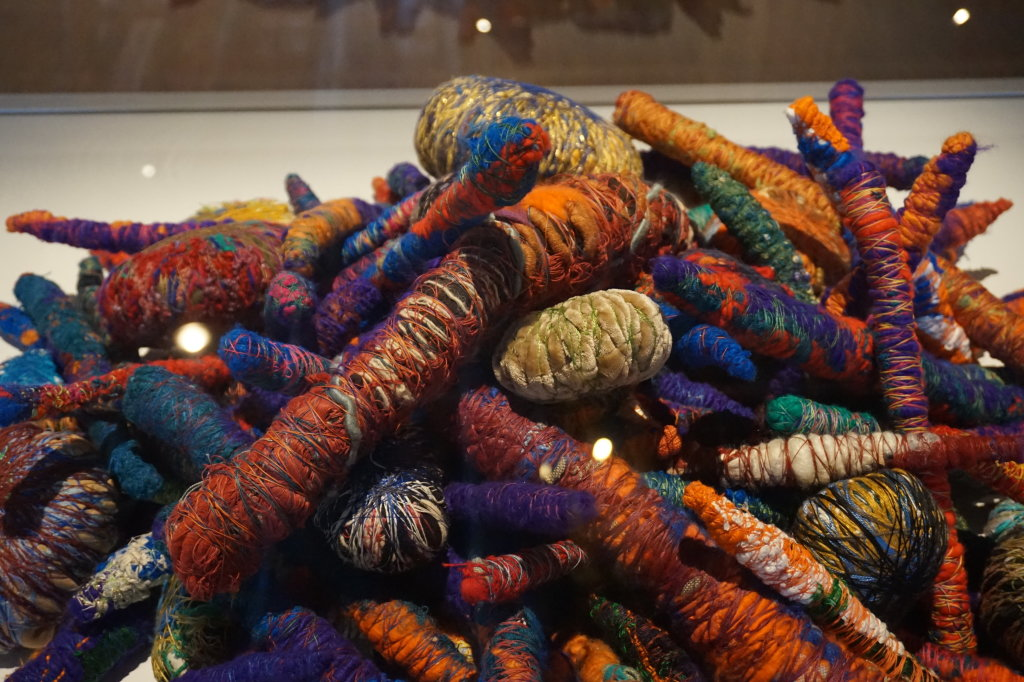 Vue de l'exposition Sheila Hicks, Lignes de vie - Centre Pompidou (101)