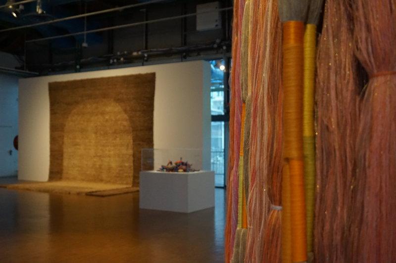 Vue de l'exposition Sheila Hicks, Lignes de vie - Centre Pompidou (14)