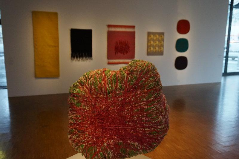 Vue de l'exposition Sheila Hicks, Lignes de vie - Centre Pompidou (19)