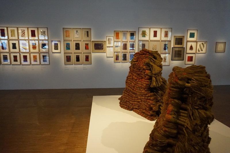 Vue de l'exposition Sheila Hicks, Lignes de vie - Centre Pompidou (78)