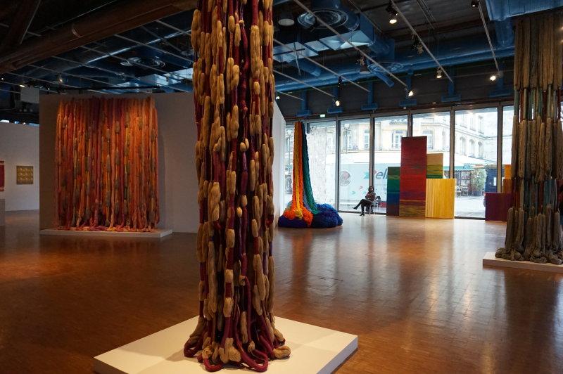 Vue de l'exposition Sheila Hicks, Lignes de vie - Centre Pompidou (80)