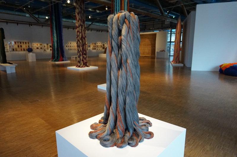 Vue de l'exposition Sheila Hicks, Lignes de vie - Centre Pompidou (84)