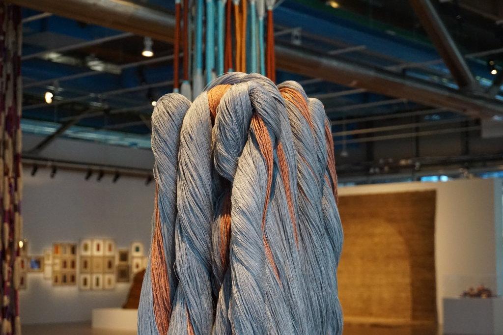 Vue de l'exposition Sheila Hicks, Lignes de vie - Centre Pompidou (86)