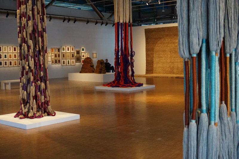 Vue de l'exposition Sheila Hicks, Lignes de vie - Centre Pompidou (88)